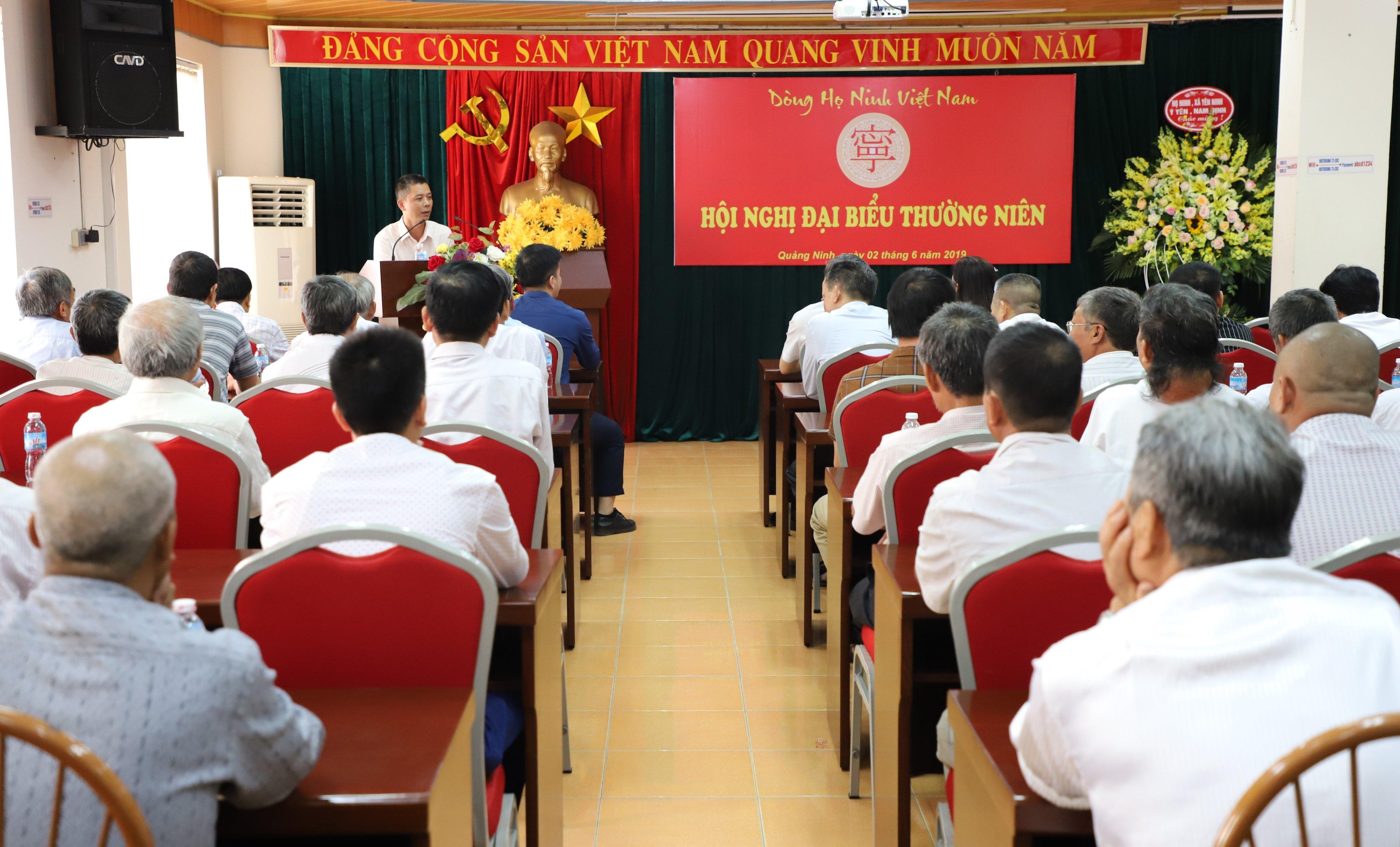 Ông Ninh Anh Hải, phó ban tài chính báo cáo tổng kết tình hình tài chính 1 năm qua